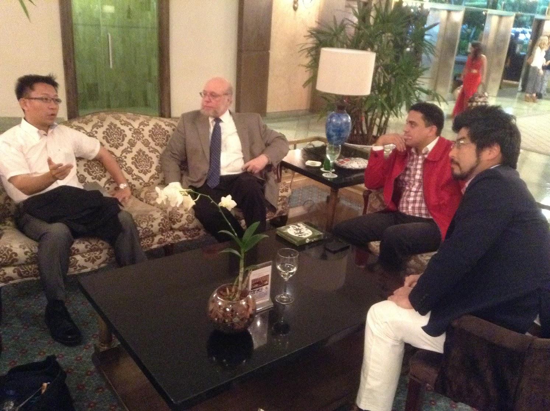 Con Senador Nakanishi, Embajador Verges y Consejero Balaguer en el lobby de Hotel Embajador, Santo Domingo.