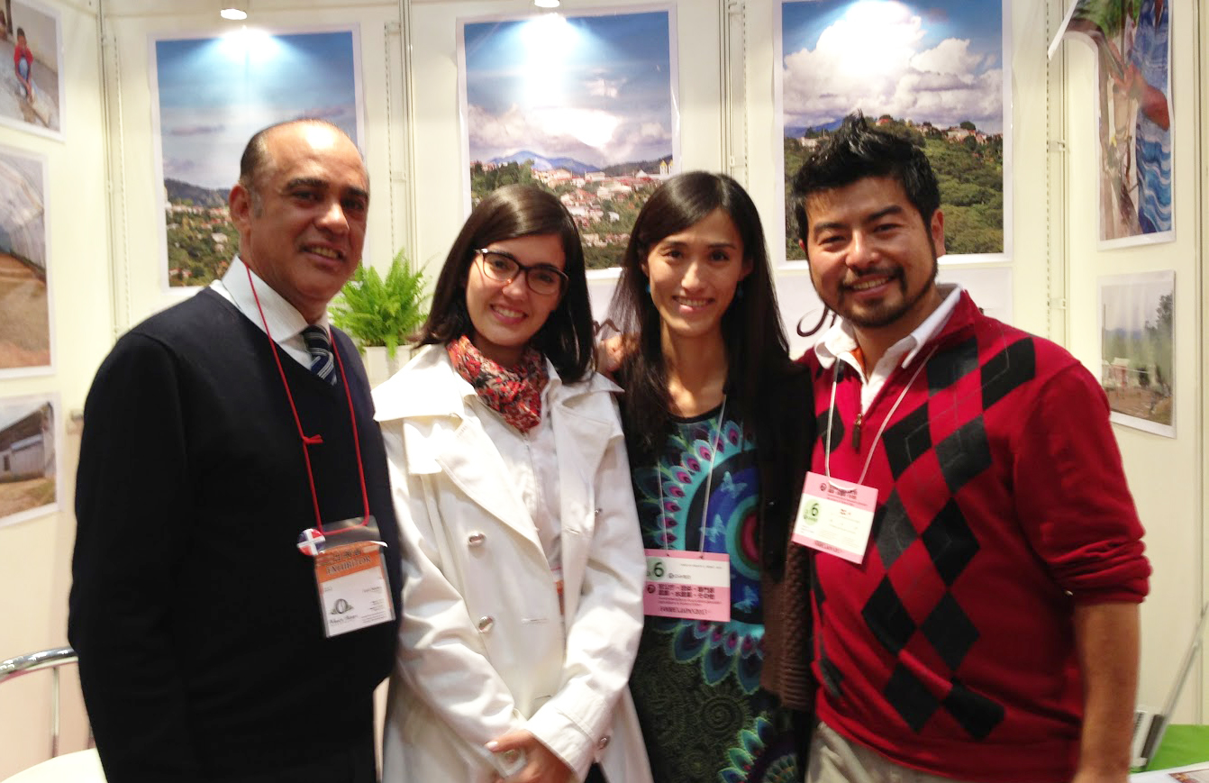 FOODEX2013に出展されたドミニカ(共)企業の方々と