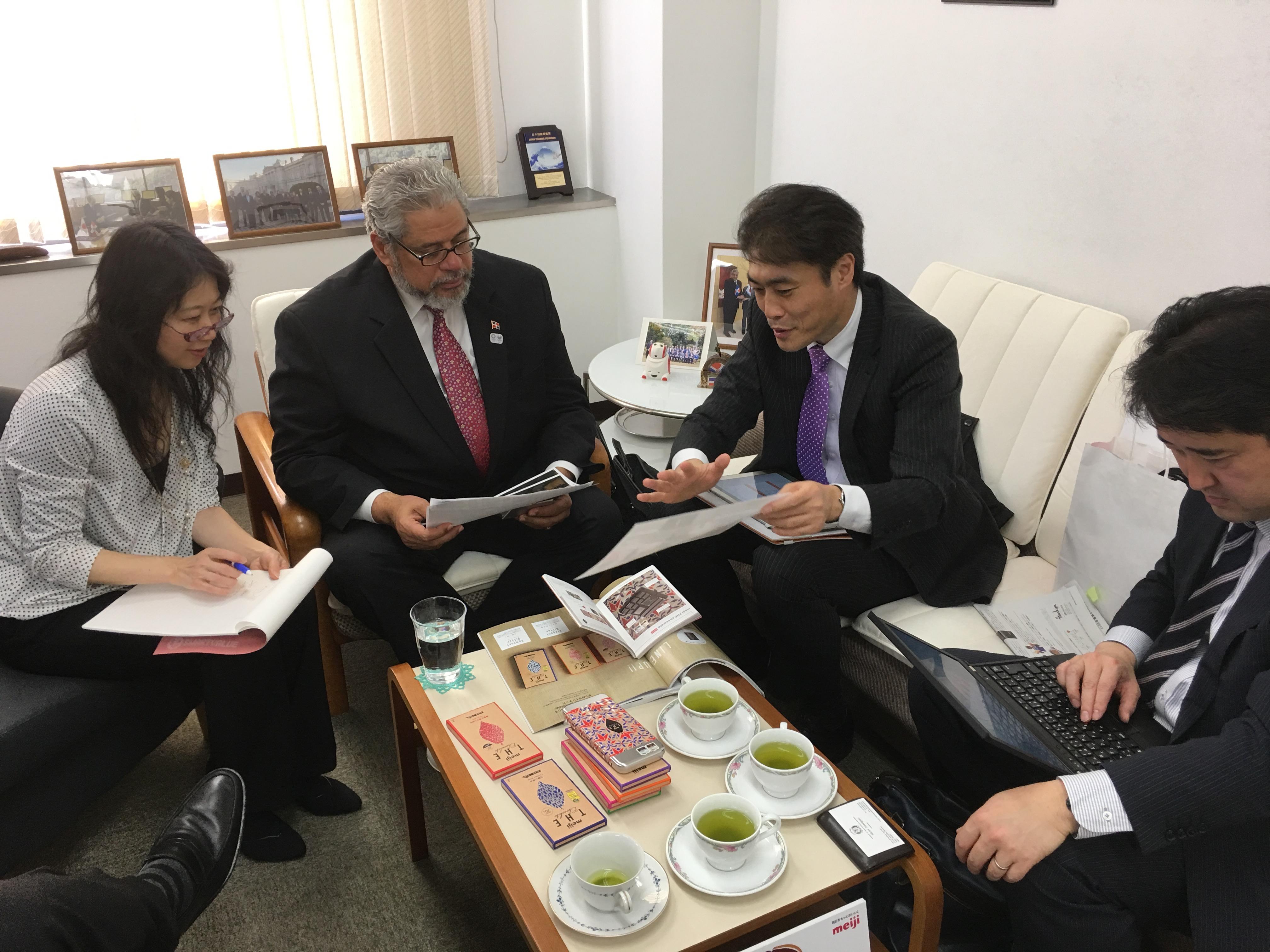 明治HD社の駐日ドミニカ共和国大使館訪問 (Una visita de cortesía por el grupo Meiji a la Embajada Dominicana)