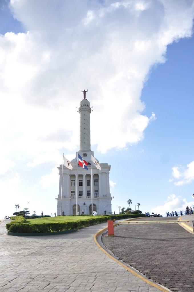 サンティアゴ市にそびえるモニュメント